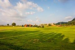 Lato krajobraz z zielonego szkła niebieskim niebem w Srebnym jeziornym winnicy gospodarstwie rolnym i górą, Pattaya Tajlandia Obraz Stock