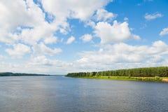 Lato krajobrazowy wielki rzeczny Volga w Rosja Zdjęcie Stock
