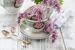 Lato kwitnący bukiet lila i porcelanowa filiżanka z czarną herbatą Fotografia Royalty Free