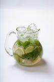 Lato lemoniada z pikantność, lodem, cytryną i mennicą, obraz stock