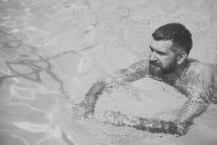 Lato mężczyzna spoczynkowy brodaty dopłynięcie w błękitne wody Wakacje i podróż ocean Relaksuje w zdroju pływackim basenie zdjęcia royalty free