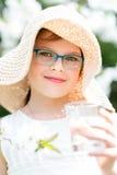 Lato mała dziewczynka w słomianego kapeluszu wody pitnej plenerowym portrecie Obraz Royalty Free
