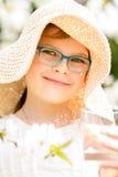 Lato mała dziewczynka w słomianego kapeluszu wody pitnej plenerowym portrecie Fotografia Stock