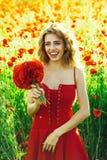 Lato Modnej kobiety spoczynkowy pozować ładna kobieta lub szczęśliwa dziewczyna w polu makowy ziarno Fotografia Royalty Free