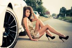 Lato mody dziewczyna w złotej sukni obraz stock