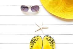 Lato mody kobiety żółty duży kapelusz i akcesoria w plaży tropikalne morza Niezwykły odgórny widok, colorfull tło Zdjęcie Stock