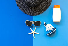 Lato mody kobiety duzi akcesoria w plaży i kapelusz tropikalne morza Niezwykły odgórny widok, colorfull tło Obrazy Stock
