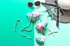 Lato mody kobiety duzi akcesoria w plaży i kapelusz tropikalne morza Niezwykły odgórny widok, colorfull tło Obrazy Royalty Free