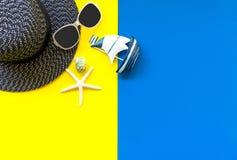 Lato mody kobiety duzi akcesoria w plaży i kapelusz tropikalne morza Niezwykły odgórny widok, colorfull tło Zdjęcia Stock