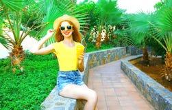 Lato nastrój! Fasonuje uśmiechniętej kobiety z owocową sok pomarańczowy filiżanką Obraz Royalty Free