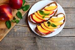 Lato nektaryny i kremowego sera kanapki Żyto chleba otwarte kanapki z kremowym serem, świeżymi nektaryna plasterkami i mennicą, Zdjęcia Stock