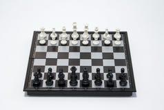 Lato nero del giocatore di scacchi su fondo bianco Foto di scacchi del gioco della Tabella Fotografia Stock Libera da Diritti
