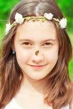 Lato niespodzianka Dziewczyna z kwiecistą kapitałką na głowie i motylu zdjęcie royalty free