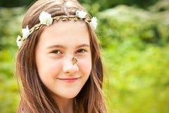 Lato niespodzianka Dziewczyna z kwiecistą kapitałką na głowie i motylu fotografia royalty free