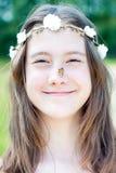 Lato niespodzianka Dziewczyna z kwiecistą kapitałką na głowie i motylu obraz stock