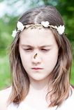 Lato niespodzianka Zmieszana dziewczyna z motylim obsiadaniem na jej nie Obrazy Stock