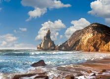 Lato oceanu brzeg, fantastyczna skała, kamienie i wodne fala, Fotografia Stock