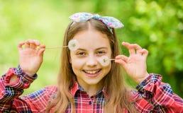 Lato ogr?du kwiat Dziewczyna kraju wieśniaka stylu natury w kratkę koszulowy tło Świętować powrót lato zdjęcie stock