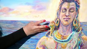 Lato, outdoors, zakończenie żeńskie ręki artysta stosuje farbę kanwa z ona palce, używać a zdjęcie wideo