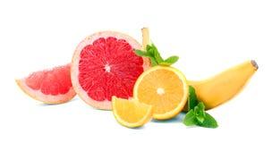 Lato owoc na białym tle Słodkie pomarańcze i grapefruits Banan i zieleni mennica Składniki dla soku Obraz Stock