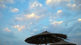 Lato parasol w błyszczących chmurach Zdjęcie Royalty Free