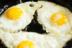 Lato pieno di sole delle uova fritte in su immagine stock