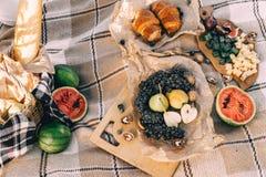 Lato pinkin przy zmierzchem na szkockiej kraty, jedzenia i napoju poczęcia styl życia pogodnej pogodzie, fotografia royalty free