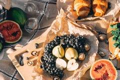 Lato pinkin przy zmierzchem na szkockiej kraty, jedzenia i napoju poczęcia styl życia pogodnej pogodzie, obraz stock