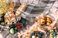 Lato pinkin przy zmierzchem na szkockiej kraty, jedzenia i napoju poczęcia styl życia pogodnej pogodzie, zdjęcia stock