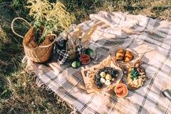 Lato pinkin przy zmierzchem na szkockiej kraty, jedzenia i napoju poczęcia styl życia pogodnej pogodzie, fotografia stock
