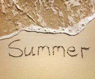 Lato pisać w piasku dennymi fala Zdjęcie Stock