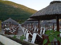 Lato plaża z krzesłami i parasolami w Montenegro Fotografia Royalty Free