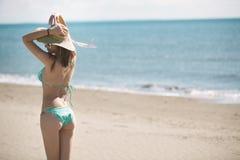 Lato plaży mody kobieta cieszy się lato i słońce Pojęcie lata uczucie, szczęście Zdjęcia Royalty Free