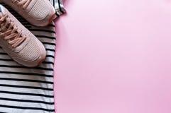 Lato plaży podróży ubrania i różowi rzemienni sneakers Flatlay modny kobiety mody strój Sport odziewa fotografia stock