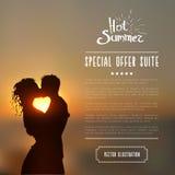 Lato plakat z całowanie pary sylwetką przeciw zmierzchu seascape zamazywał tło Zdjęcie Stock