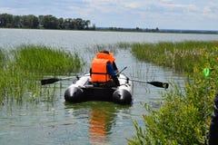 Lato połów na nadmuchiwanej łodzi Fotografia Stock