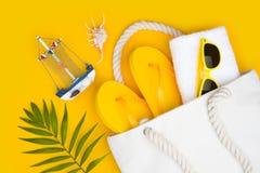 Lato podróży pojęcie Urlopowi symbole i akcesoria na żółtym tle fotografia stock