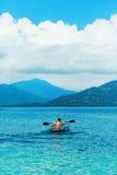 Lato podróż Kayaking Mężczyzna Kajakuje Przejrzysty kajak W oceanie Fotografia Stock