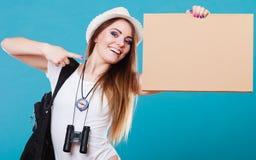 Lato podróżnika kobieta hitchhiking z puste miejsce znakiem fotografia stock