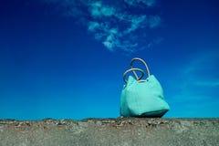 Lato podróży pojęcie Plażowa błękitna torba i niebieskie niebo, z kopii sp Obraz Royalty Free