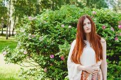 Lato pogodny portret imbirowa dziewczyna patrzeje kamerę Zdjęcie Royalty Free