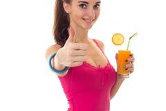 Lato portret młoda rozochocona brunetki kobieta z koktajlem w ona ręki pokazuje aprobaty odizolowywać na bielu Fotografia Royalty Free