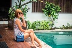 Lato portret piękna seksowna dziewczyna z okularami przeciwsłonecznymi i luksusową handmade snakeskin pytonu torebką w dopłynięci Obrazy Royalty Free
