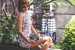 Lato portret piękna seksowna dziewczyna z okularami przeciwsłonecznymi i luksusową handmade snakeskin pytonu torebką w dopłynięci Obraz Royalty Free