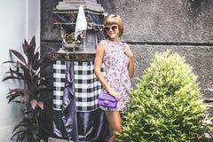 Lato portret piękna seksowna dziewczyna z okularami przeciwsłonecznymi i luksusową handmade snakeskin pytonu torebką w dopłynięci Zdjęcie Royalty Free