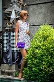 Lato portret piękna seksowna dziewczyna z okularami przeciwsłonecznymi i luksusową handmade snakeskin pytonu torebką w dopłynięci Zdjęcia Stock