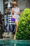 Lato portret piękna seksowna dziewczyna z okularami przeciwsłonecznymi i luksusową handmade snakeskin pytonu torebką w dopłynięci Obrazy Stock
