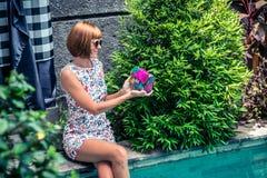 Lato portret piękna seksowna dziewczyna z okularami przeciwsłonecznymi i luksusową handmade snakeskin pytonu torebką w dopłynięci Zdjęcia Royalty Free