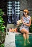 Lato portret piękna seksowna dziewczyna z okularami przeciwsłonecznymi i luksusową handmade snakeskin pytonu torebką w dopłynięci Zdjęcie Stock