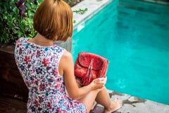Lato portret piękna seksowna dziewczyna z okularami przeciwsłonecznymi i luksusową handmade snakeskin pytonu torebką w dopłynięci Fotografia Stock